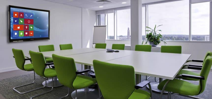 écran interactif dans une salle de réunion